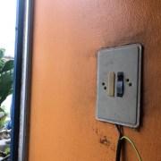 Restablecen servicio eléctrico y reparan daños provocado en inmueble por cortocircuito