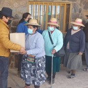 Municipio de Colchane entrega alimentos a adultos mayores de la comuna. Parte de la donación se adquirió con recursos de la embajada de India