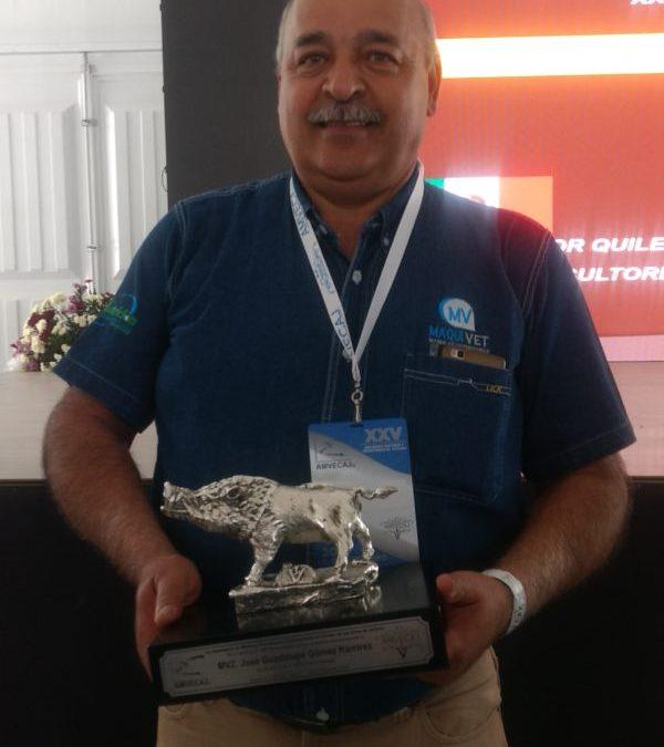 Lupe Goméz recibió el Jabali Plateado durante el Congreso AMVECAJ 2019