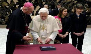Pope Benedict XVI sends his first tweet (EFE)