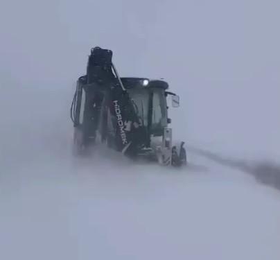 Edirne'de karla kaplanan köy yollarının kapanmaması için çalışmalar sürüyor