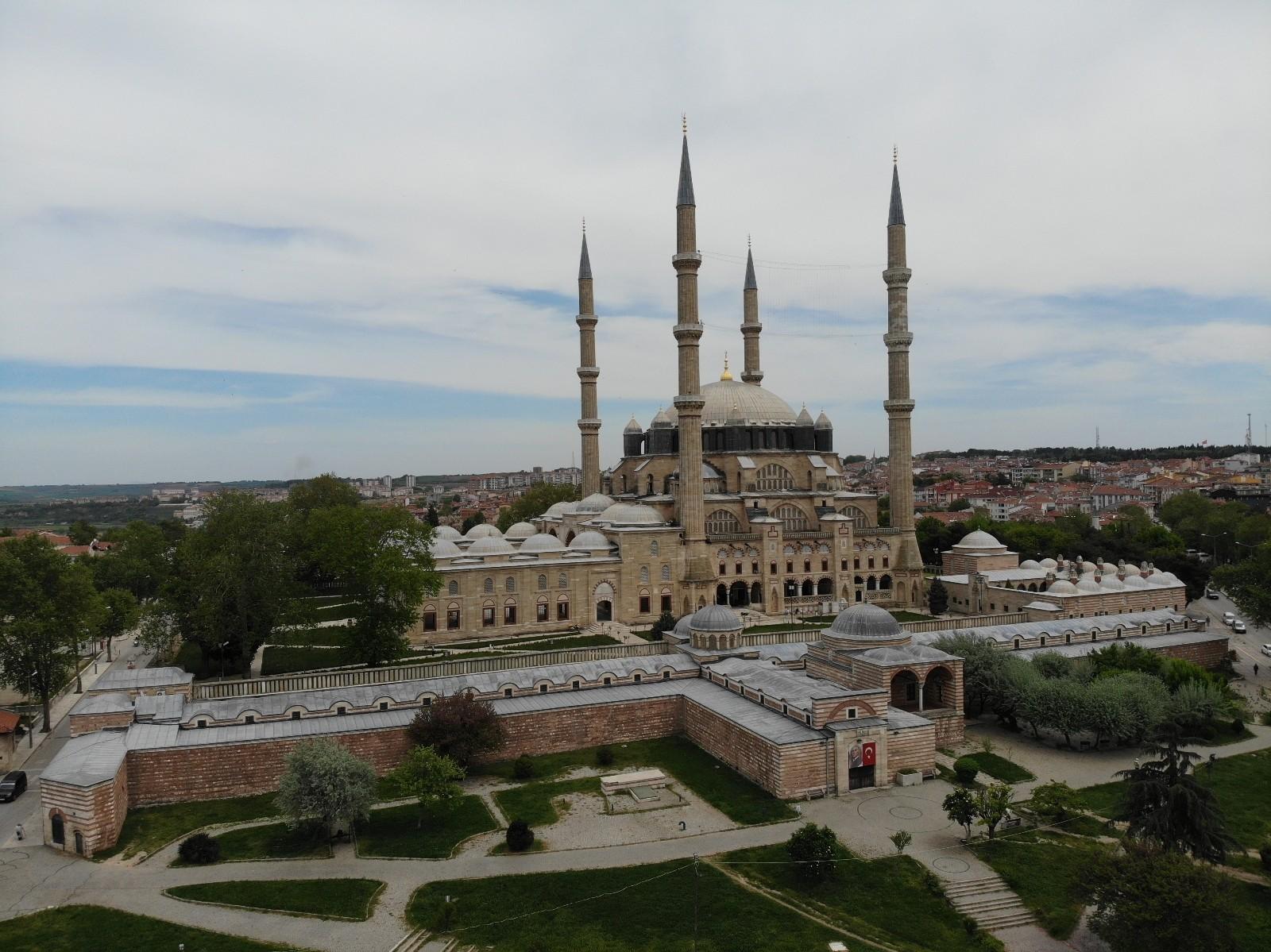 Türk-İslam mimarisinin gözbebeğinde Ramazan-ı Şerif'in son cuma namazı kılındı