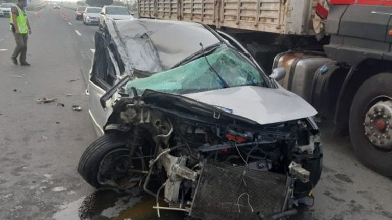 Kamyonla çarpışan otomobil hurdaya döndü: 2 yaralı