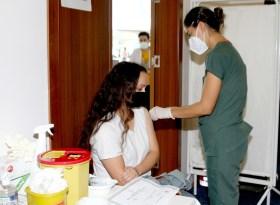 Üniversite öğrencileri, kayıt merkezinde aşı oluyor