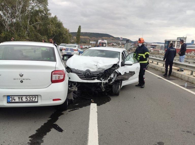 Otomobil aynı yolda 2 araca çarptı: 2 yaralı