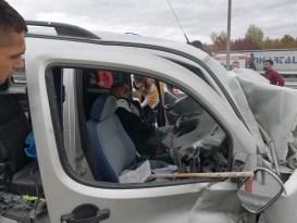 Yön tabelasına çarpan otomobil sürücüsü güçlükle çıkarıldı