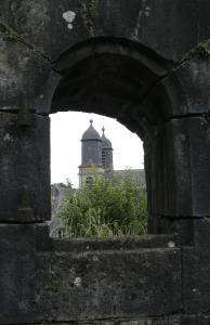 Saint Charles vue par une fenêtre du Château