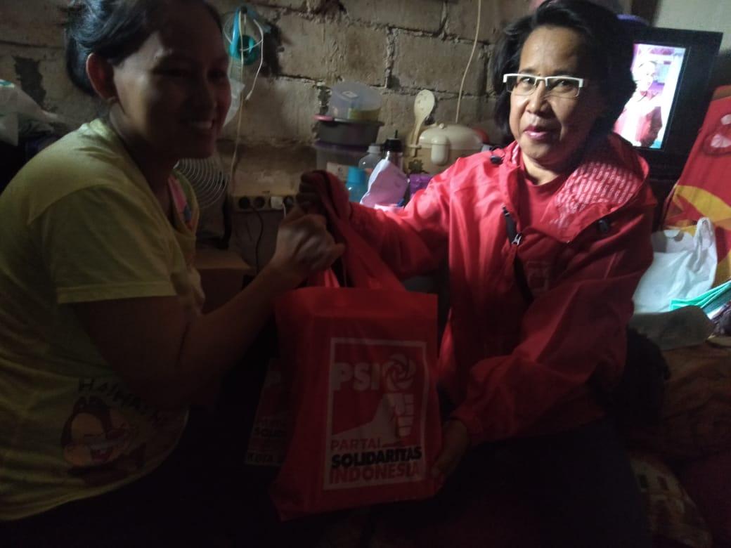 Blusukan, Kader PSI ini Bantu Sumbang Susu Balita Warga Tak Mampu