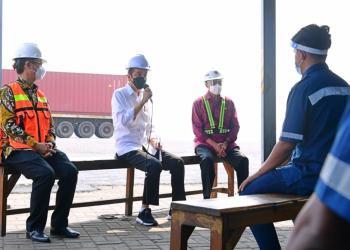 presiden jokowi berdialog dengan para sopir kontainer di pelabuhan tanjung priok foto istana presiden