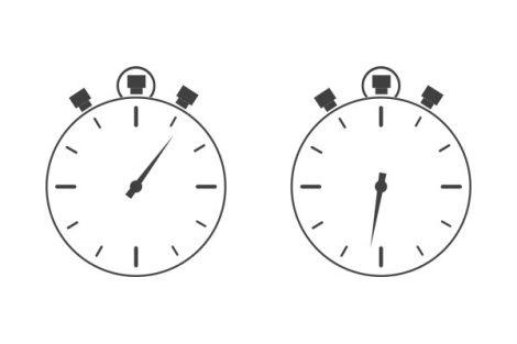 Zwei Uhren - eine mit früherer, eine mit späterer Uhrzeit. Ein Sinnbild für die Internationalisierung eines Kunden- oder Mitgliedermagazins.