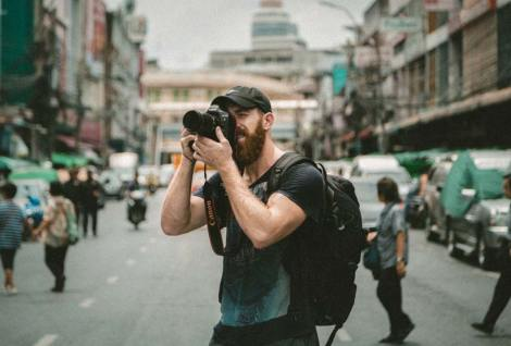 Ein Fotojournalist bei der Arbeit. Weil sie projektbezogen fotografieren, sind ihre Fotos besser als kostenlose Symbolfotos.