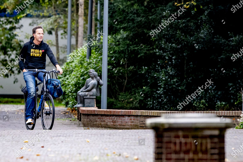 https www shutterstock com de editorial image editorial dutch prime minister mark rutte rides his bike the hague the netherlands 25 oct 2020 10974353g