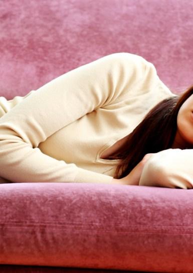 Durmiendo en el sofá.