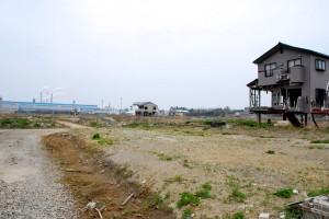 石巻、南浜町。震災後、壊れていても今も残っている家は、家の持ち主に連絡がつかないのだという。