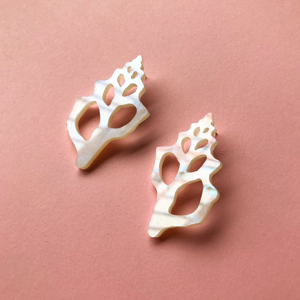 easy tiger conch shell earrings