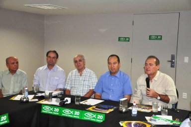 Renan fala durante reunião do PSC, ao lado do vice-presidente nacional do PSC, pastor Everaldo Pereira