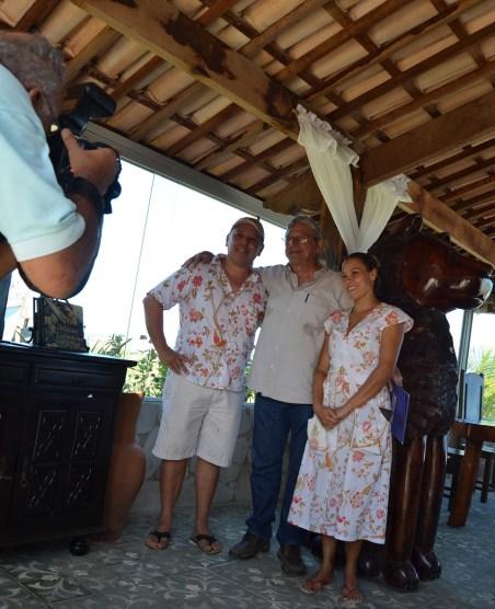 Teo Vilela posa para fotos com o chef Edgar, do restaurante Luna, em Porto da Rua