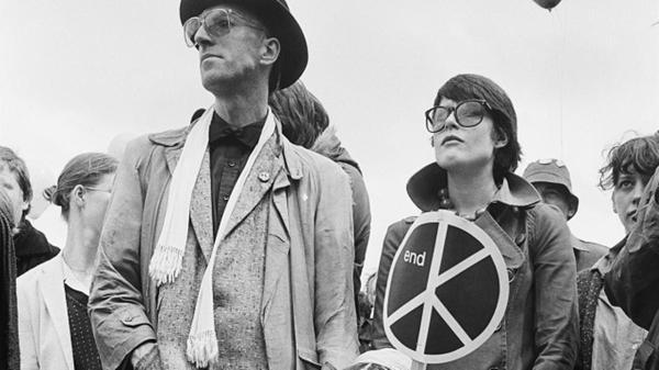 Un libro racconta per immagini e grafica la storia del movimento pacifista in Inghilterra e nel mondo