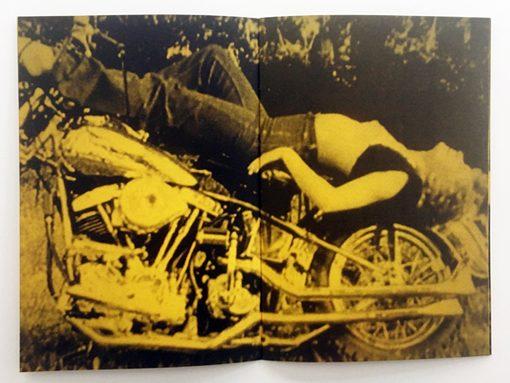 In questo libro fotografico si parla di un paese di motociclisti che ha deciso di dichiarare guerra al Giappone