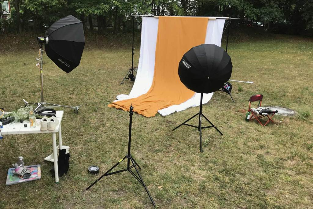 01 outdoor photography backstage with portable background in nature. in this photography project I used profoto b10