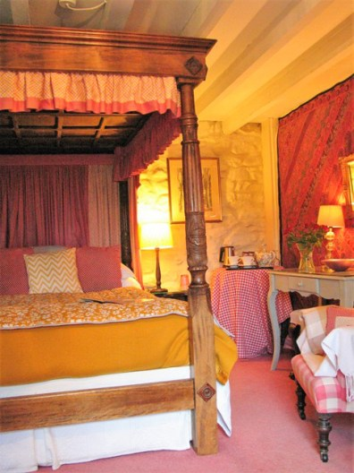 Four poster bed under beamed ceiling - atmospheric romantic bedroom