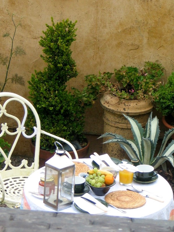 A courtyard breakfast