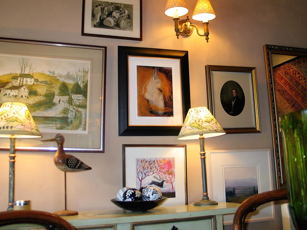 Decorating a breakfast room with lots of pictures