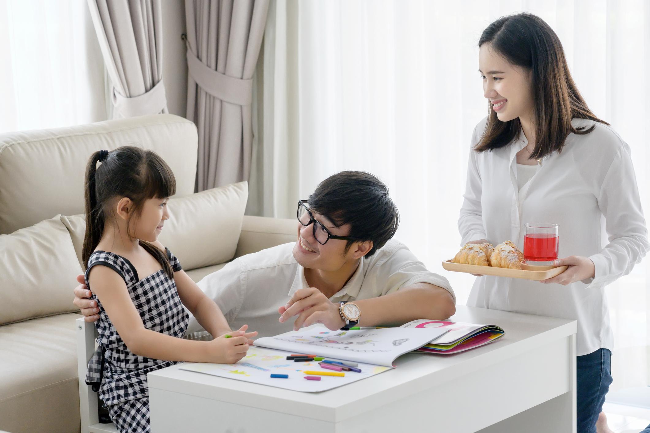 Ilustrasi orang tua mengajarkan materi bahasa Inggris kelas 1 SD kepada buah hatinya - Edu2Review
