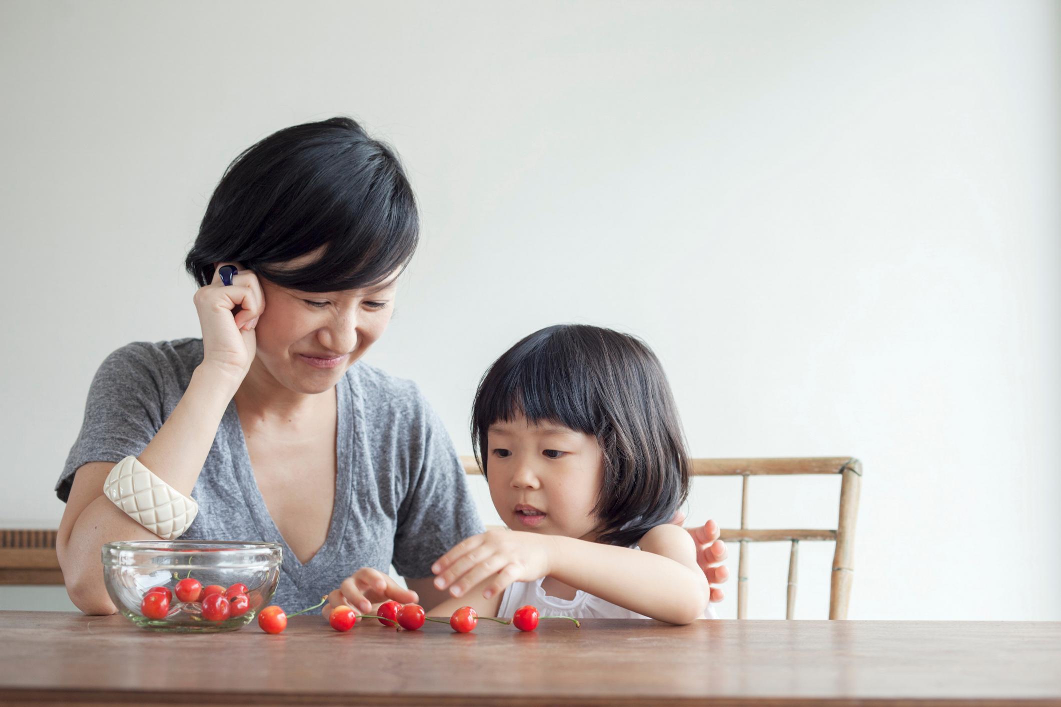 Seorang ibu sedang mengajarkan angka bahasa Inggris pada anaknya - Edu2Review