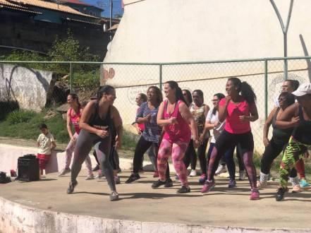 Apresentação do grupo de Zumba na Praça Samuel Macário em Bonsucesso