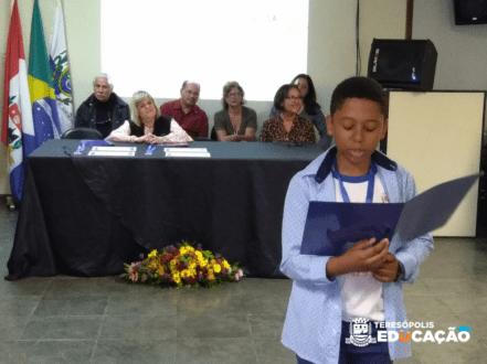 Joshua Souza Quintanilha apresentando a sua redação.