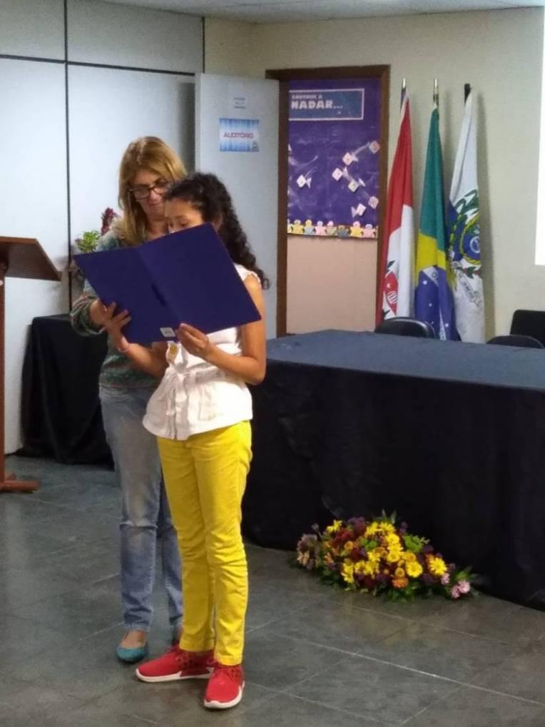 Jennyffer Ferreira Varela apresentando a sua redação.
