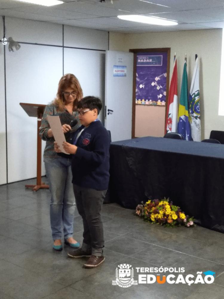 Gabriel Carino Salomão apresentando a sua redação.