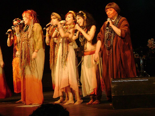 O grupo Mawaca recolhe e registra músicas de povos indígenas, apresentadas em shows, cds e dvds