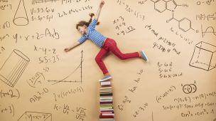 Criança em um pilar de livros navegando pelas mudanças na educação infantil para 2018