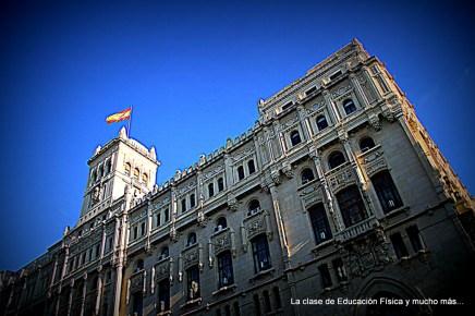 Al lado del Palacio de Correos y Comunicacionesse encuentra este edificio del que no conocemos el nombre.