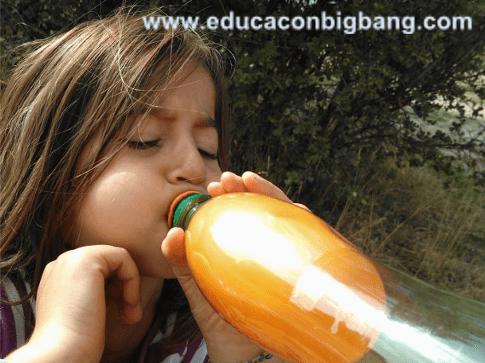 Globo inflado dentro de la botella
