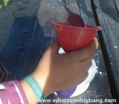 Echando el bicarbonato en el globo