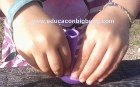 Empujando el bicarbonato hacia el fondo del globo