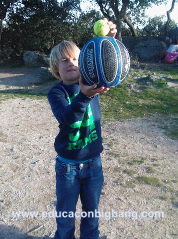 Colocando la pelota pequeña sobre la grande