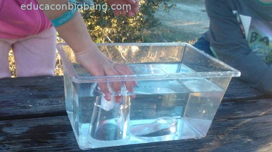El vaso vacío en el agua