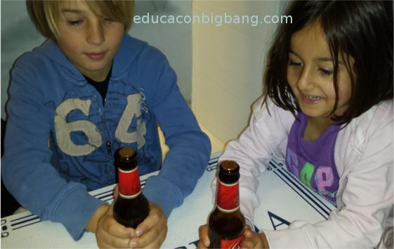 Niños realizando el experimento