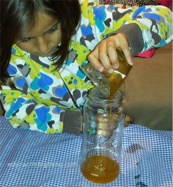 Echando la miel