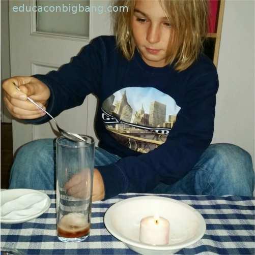 Echando bicarbonato en un vaso con vinagre