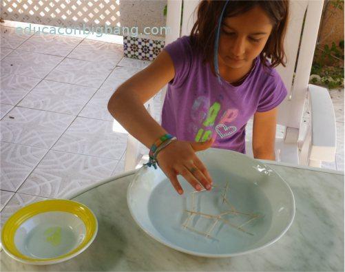 poniendo jabón en el agua