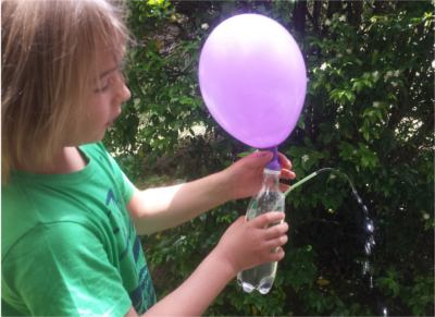 Fuente con botella, globo y pajita: experimento de presión del aire