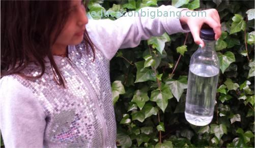 Experimento de la botella con un agujero experimentos for Mampara fija se sale el agua