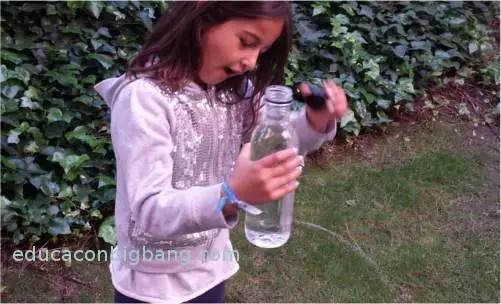 Chorro de agua saliendo de la botella