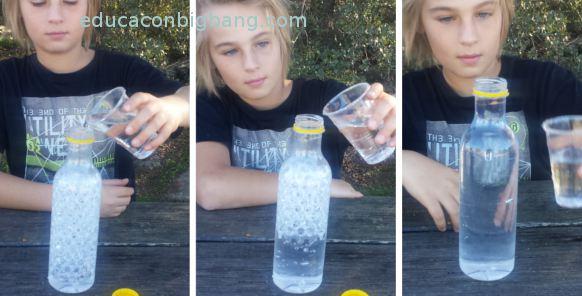 Echando agua en la botella