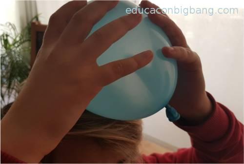 Frotando el globo con el cabello